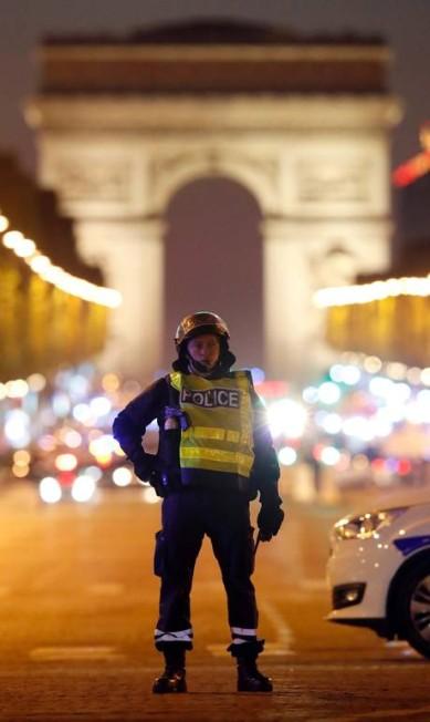 Os tiros foram disparados no boulevard entre as estações Franklin Roosevelt e Georges V, na linha 9 do metrô parisiense, por volta das 21h (horário local). Tanto a avenida quanto as estações de metrô foram fechadas CHRISTIAN HARTMANN / REUTERS