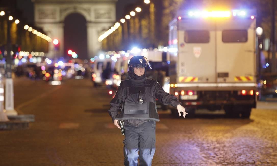 Policiais patrulham a área, que fica a menos de um quilômetro do Arco do Triunfo, uma das construções mais famosas da cidade Thibault Camus / AP