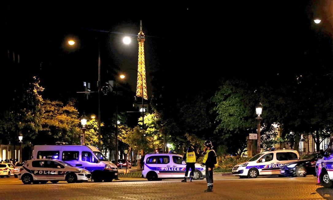 Polícia bloqueia o acesso à avenida em outros pontos da cidade. O terrorismo, que deixou ao menos 230 mortos no país desde janeiro de 2015, foi um dos principais temas da campanha presidencial francesa THOMAS SAMSON / AFP