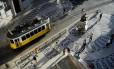 Bonde passa por praça no Chiado, em Lisboa, capital de Portugal e uma das cidades preferidas dos cariocas