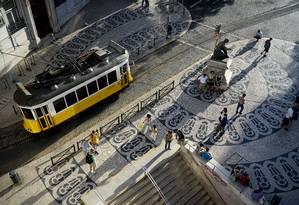 Bonde passa por praça no Chiado, em Lisboa, capital de Portugal e uma das cidades preferidas dos cariocas Foto: Patrícia de Melo Moreira / AFP