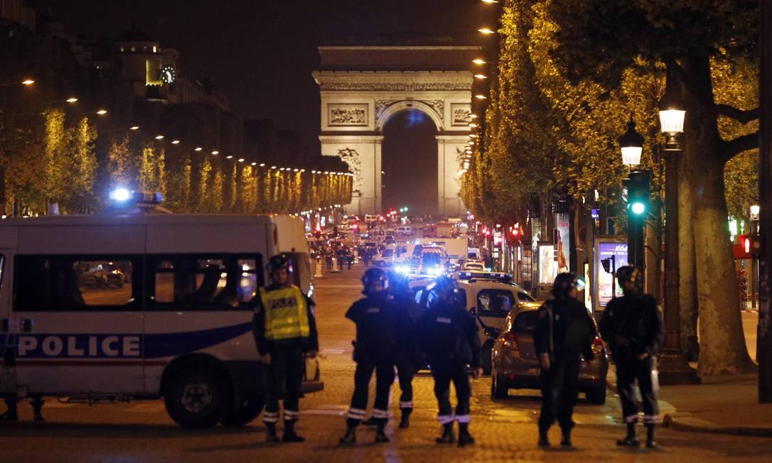 Habitualmente cheia, Champs-Elysées é fechada totalmente pela polícia após ataque a tiros Kamil Zihnioglu / AP