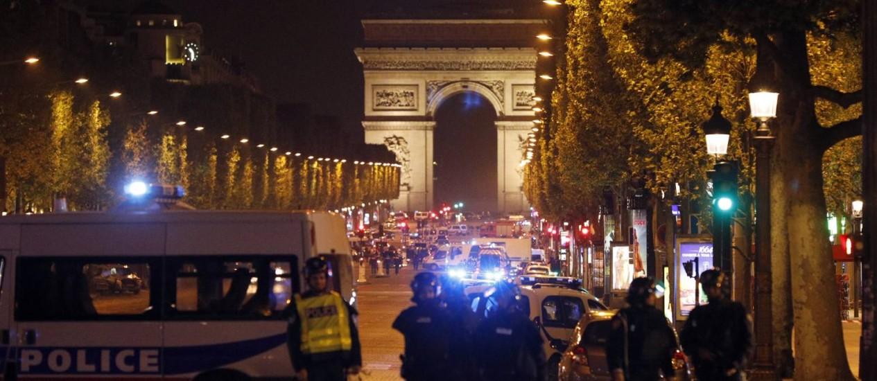 Habitualmente cheia, Champs-Elysées é fechada totalmente pela polícia após ataque a tiros Foto: Kamil Zihnioglu / AP