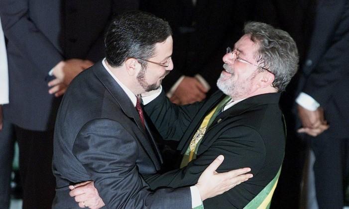 Luiz Inácio Lula da Silva dá posse a Palocci como ministro da Fazenda em 2003 Foto: Ailton de Freitas / 1-1-2003