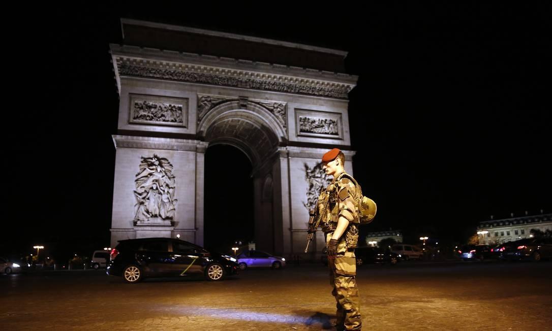 Soldado guarda área do Arco do Triunfoapós ataque terrorista a centenas de metros Kamil Zihnioglu / AP