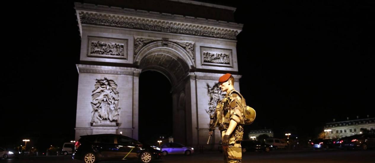 Soldado guarda área do Arco do Triunfoapós ataque terrorista a centenas de metros Foto: Kamil Zihnioglu / AP