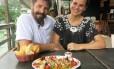 Fernando e Tathiana, do Caiçara, na Ilha da Gigoia, criaram a sardinha com vinagrete de quinoa Foto: Adalberto Neto