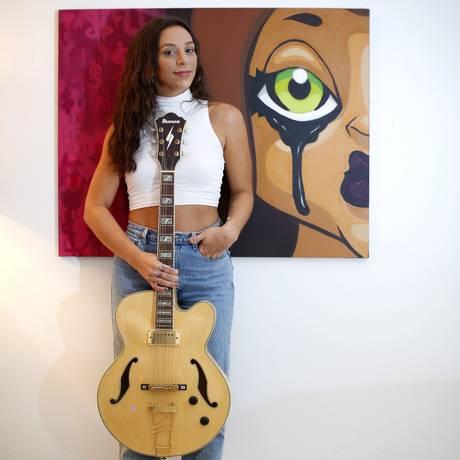 """Bianca Chami em sua casa, na Barra, onde compõe canções como """"Carioca"""", lançada em parceria com os DJs Joe Kinni e Jakko Foto: Fabio Rossi / Agência O Globo"""
