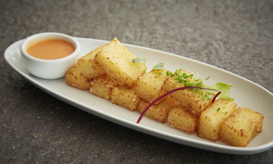 Dadinhos de tapioca podem ser servidos com molho de pimenta
