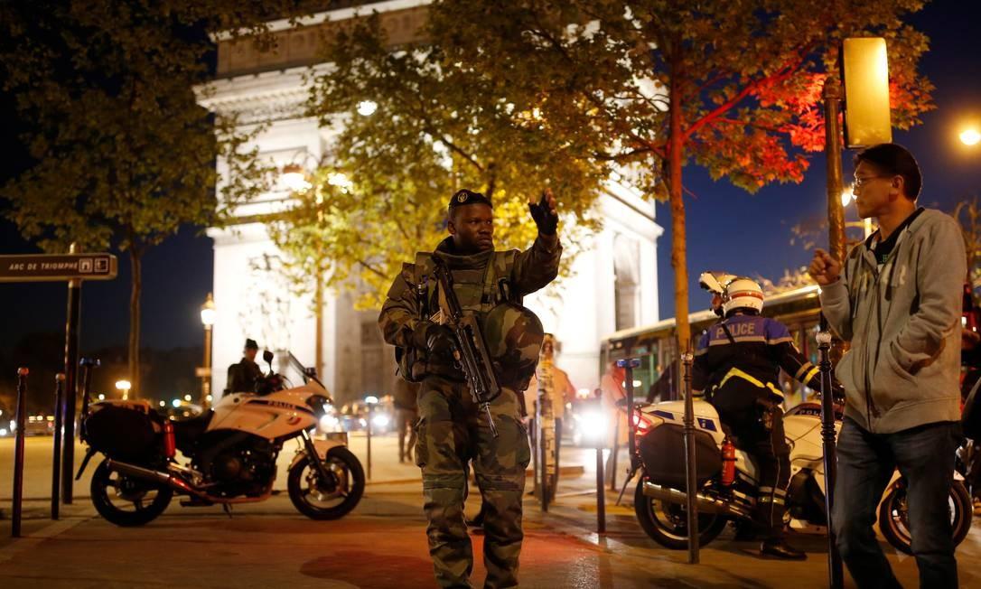 Soldado afasta pessoas do entorno do Arco do Triunfo BENOIT TESSIER / REUTERS