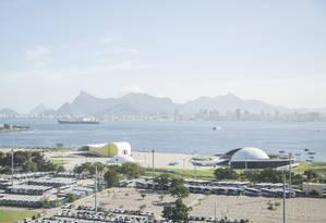 Na Praça Popular, onde foram construídos o teatro, o prédio feito para ser usado pela Fundação Oscar Niemeyer e o Memorial Roberto Silveira, ainda faltam duas igrejas Foto: Analice Paron / Agência O Globo