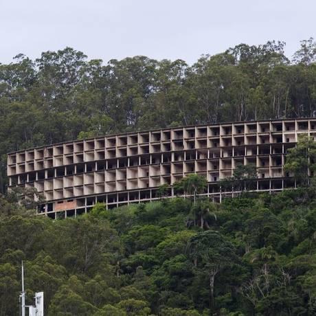 O esqueleto do prédio encravado no Morro da Viração Foto: Leo Martins / Agência O Globo