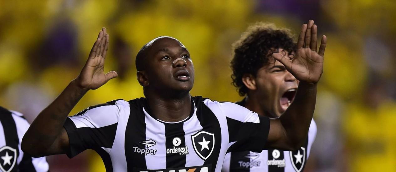 Sassá comemora o gol de empate do Botafogo em Guayaquil Foto: RODRIGO BUENDIA / AFP