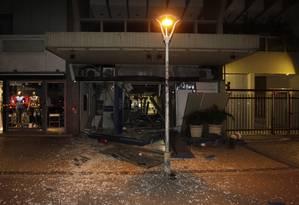 Destruição em agência em Ipanema após a ação dos bandidos Foto: Pedro Teixeira / Agência O Globo