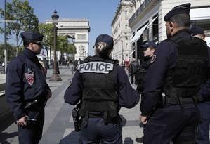 A polícia francesa patrulha a avenida Champs Elysees no dia seguinte à morte de um policial em um ataque que está sendo considerado terrorista pelas autoridades Foto: BENOIT TESSIER / REUTERS