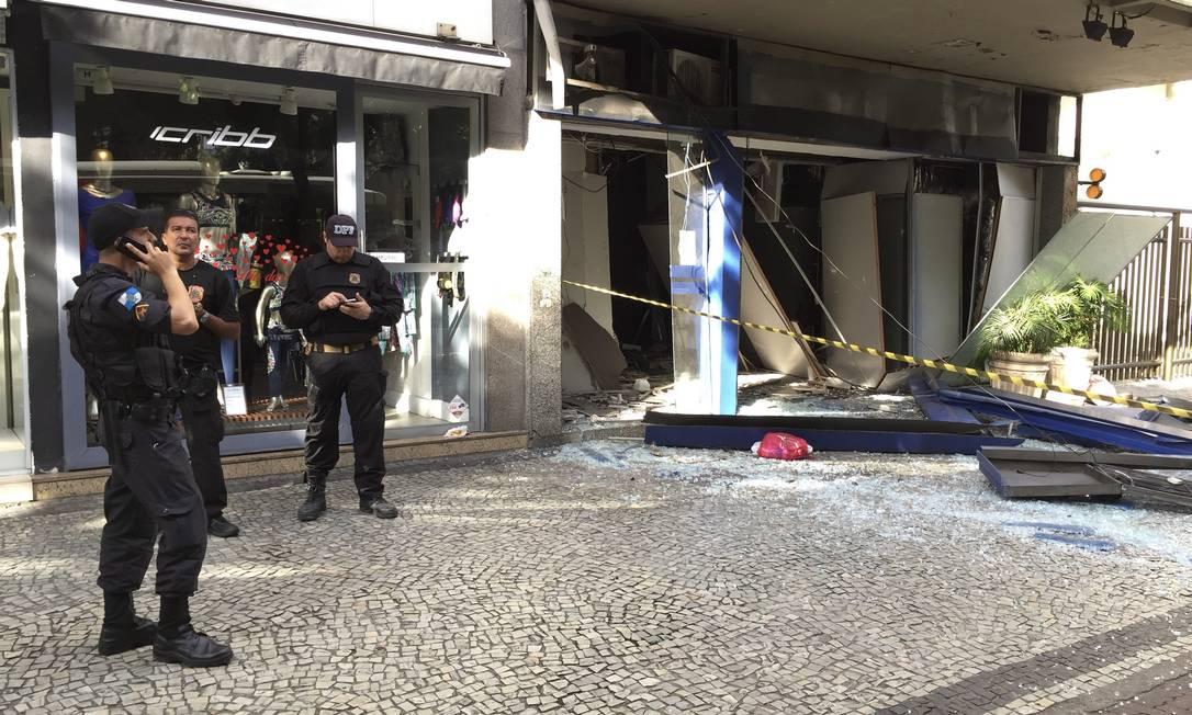 Policiais do Esquadrão Antibomba da Polícia Federal vasculharam destroços em busca de explosivos não detonados. Agência O Globo