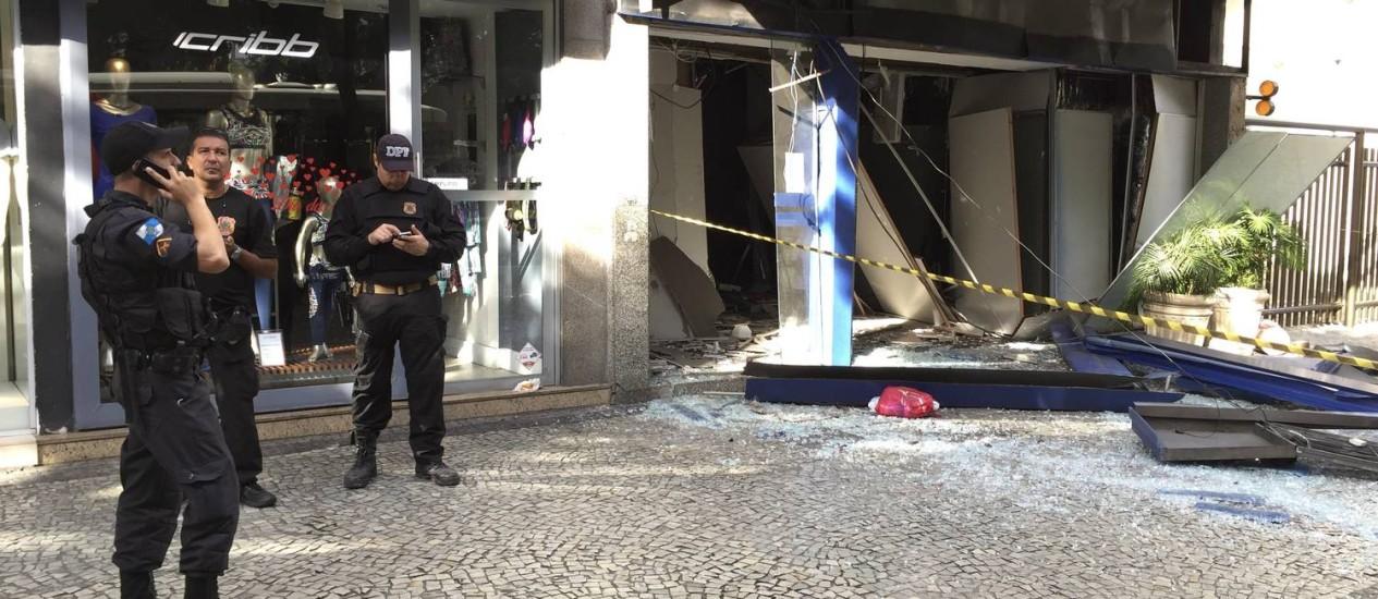 Policiais do Esquadrão Antibomba da Polícia Federal aguardam chegada de perito da instituição para vistoriar o local e tentar saber que tipo de explosivo foi usado Foto: Agência O Globo
