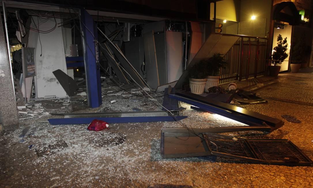 Explosão na agência da Caixa aconteceu na madrugada desta sexta-feira, em Ipanema, na Rua Visconde de Pirajá. Pedro Teixeira / O Globo