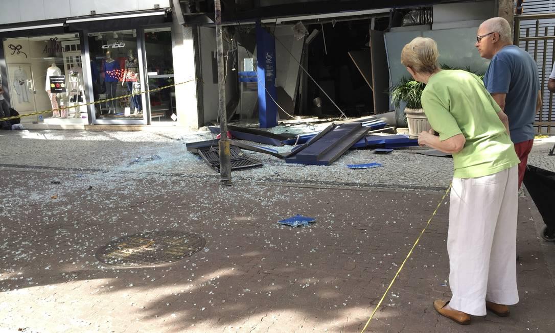 Os destroços da explosão atraíram a curiosidade das pessoas que passavam pelo local na manhã desta sexta-feira. O Globo