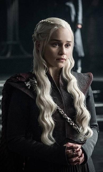 Daenerys Targaryen (Emilia Clarke) finalmente parece estar a caminho de Westeros para retomar o trono HELEN SLOAN / HBO