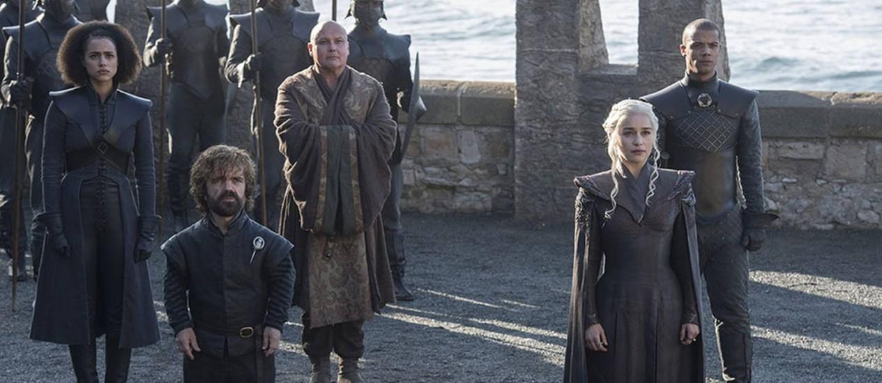 Daenerys ao lado de seus conselheiros, Missandei (Nathalie Emmanuel), Tyrion Lannister (Peter Dinklage), Varys (Conleth Hill) e Grey Worm (Jacob Anderson) Foto: HBO