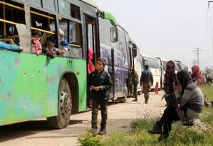 Civis sírios e combatentes são retirados de cidades perto de Aleppo, após dois anos de cerco Foto: OMAR HAJ KADOUR / AFP