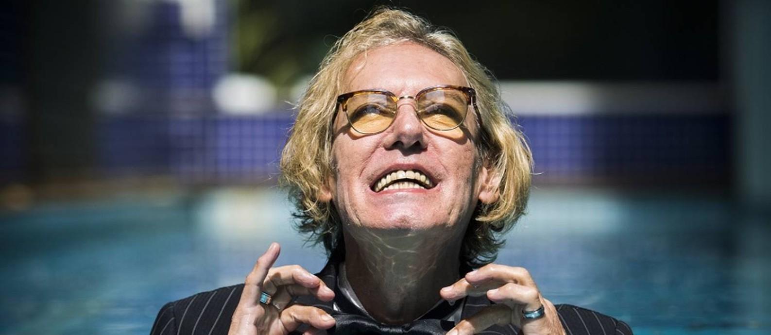 MOLHADO NO BAILE. Foi Dussek quem sugeriu a foto de terno e gravata-borboleta na piscina de seu prédio Foto: Bárbara Lopes / Agência O Globo