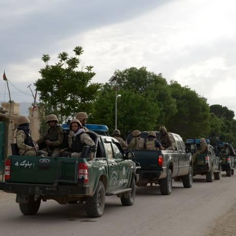 Tropas afegãs chegam à base atacada no distrito de Balkh Foto: FARSHAD USYAN / AFP