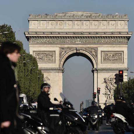 Pedestres e veículos circulam pela avenida Champs-Élysées um dia após o ataque que deixou um policial morto Foto: PHILIPPE LOPEZ / AFP