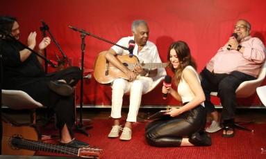 Jorge Bastos Moreno recebe Gilberto Gil, Roberta Sa e Yamandu Costa em seu programa na Rádio CBN Foto: Fabio Rossi / O Globo