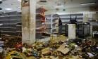 Saques. Supermercado invadido em Caracas: os distúrbios se estenderam pela madrugada. Foto: RONALDO SCHEMIDT / AFP