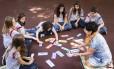Estudantes do Liceu Franco-Brasileiro debatem bullying e suicídio durante sessão com a orientadora Vera Cunha Foto: Fernando Lemos / Agência O Globo