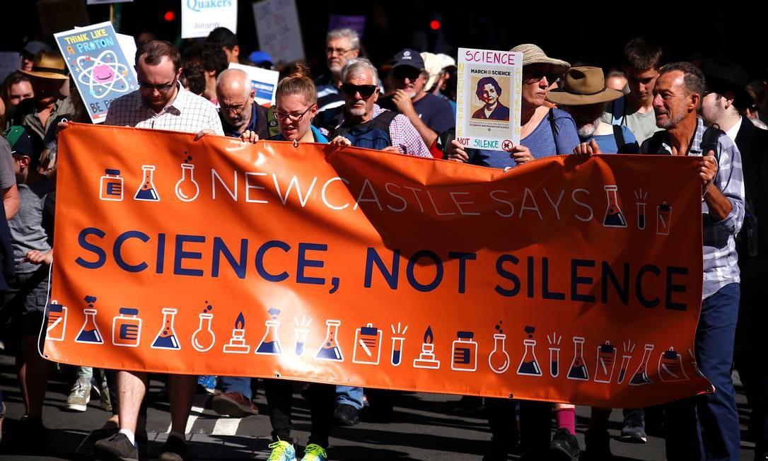 A marcha foi organizada para acontecer no Dia da Terra, comemorado neste sábado. Na imagem, lê-se na faixa