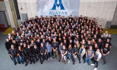 James Cameron, ao centro e à frente do grupo, com a equipe de filmagens das quatro sequências de 'Avatar' Foto: Facebook / Reprodução