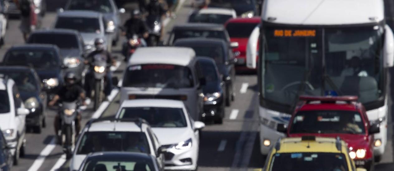 Trânsito na Avenida Brasil, na altura da Penha Foto: Agência O Globo / Márcia Foletto