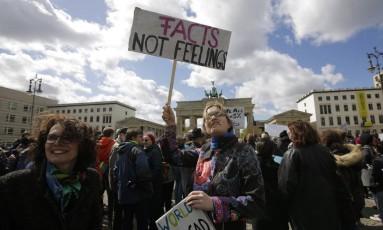 Mulher leva cartaz para a Marcha pela Ciência, que reuniu milhares de pessoas no Portão de Bradenburgo em Berlim, na Alemanha Foto: Markus Schreiber / AP