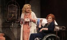 Em cena, Eva é Jane e Nathalia é Blanche, duas irmãs e atrizes que se encontram sozinhas e isoladas num casarão onde se desenrola um impossível acerto de contas Foto: Roberto Moreyra