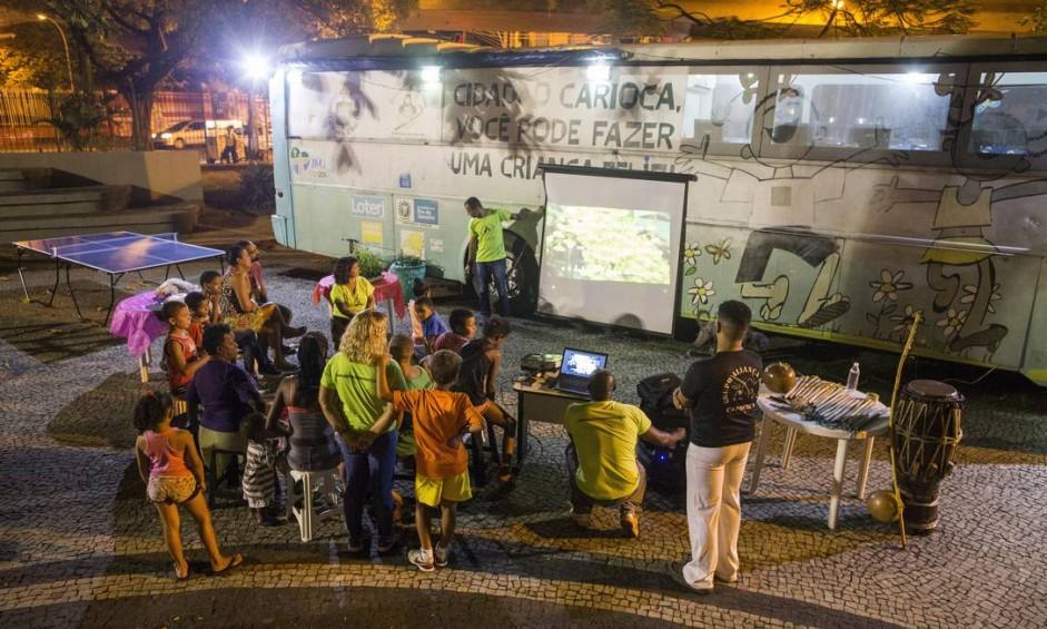 Maioria dos jovens atendidos pelo projeto mora nas ruas. Ônibus do Passaporte da Cidadania está estacionado há três meses no Jardim do Méier Foto: Guito Moreto / Agência O Globo
