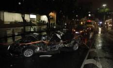 Três pessoas morreram no acidente na Presidente Vargas. Carro captou várias vezes e ficou completamente destruído Foto: Pedro Teixeira / Agência O Globo