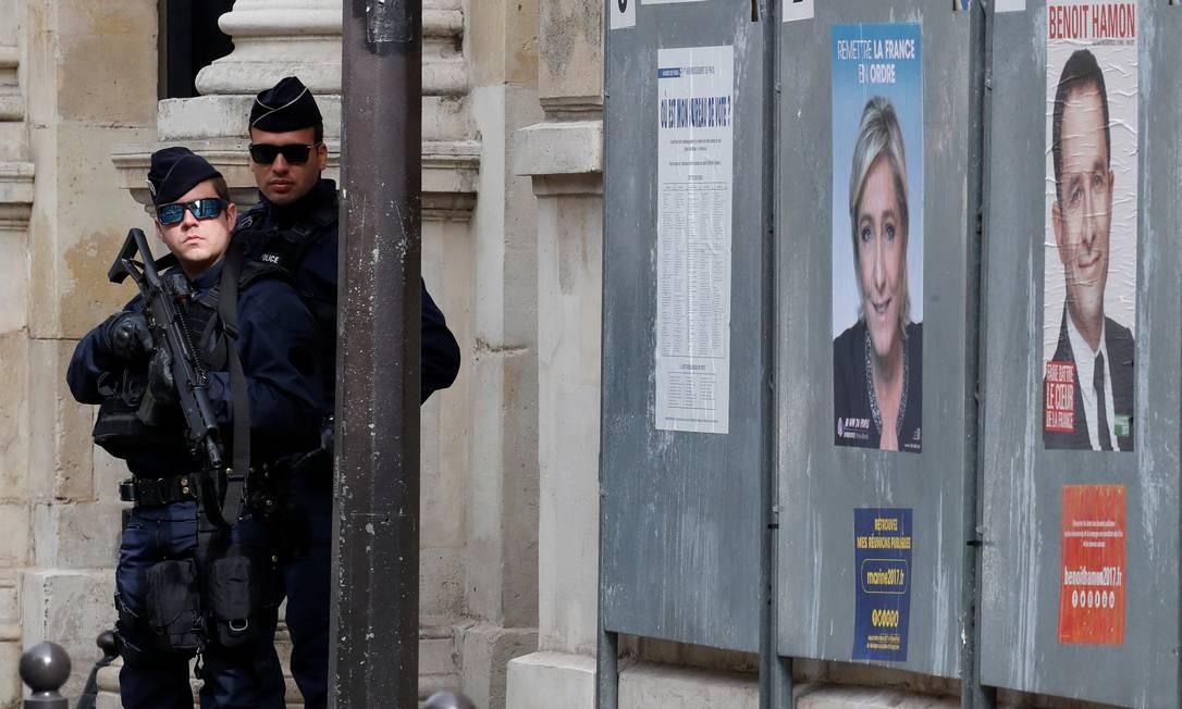Policiais fazem a segurança de um ponto de votação em Paris Foto: CHRISTIAN HARTMANN / REUTERS