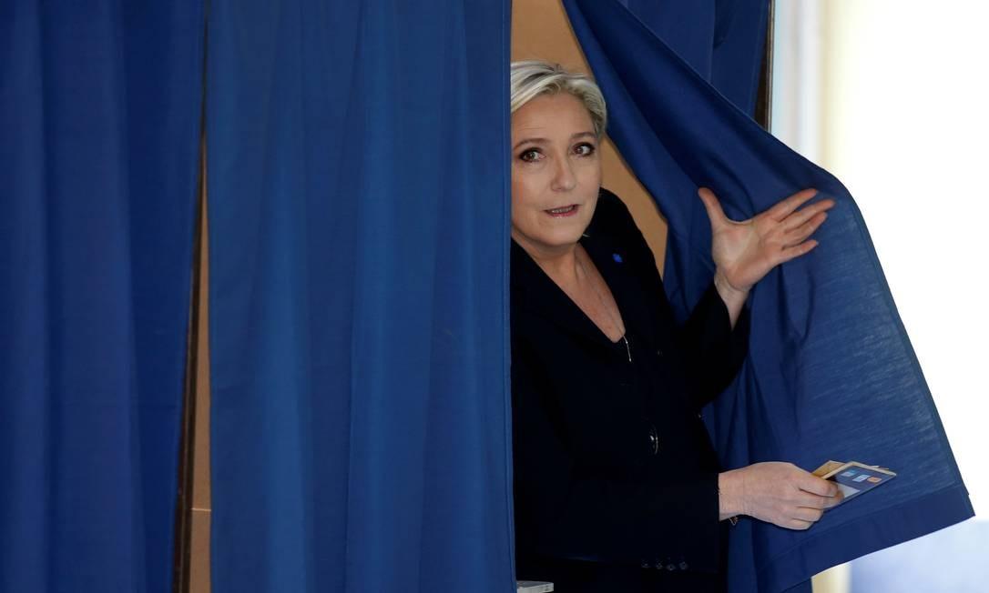 A candidata da extrema direita, Marine Le Pen, votou em Henin-Beaumont, no Norte da França. Ela é uma das favoritas a um lugar no segundo turno das eleições, que acontece em maio. Foto: PASCAL ROSSIGNOL / REUTERS