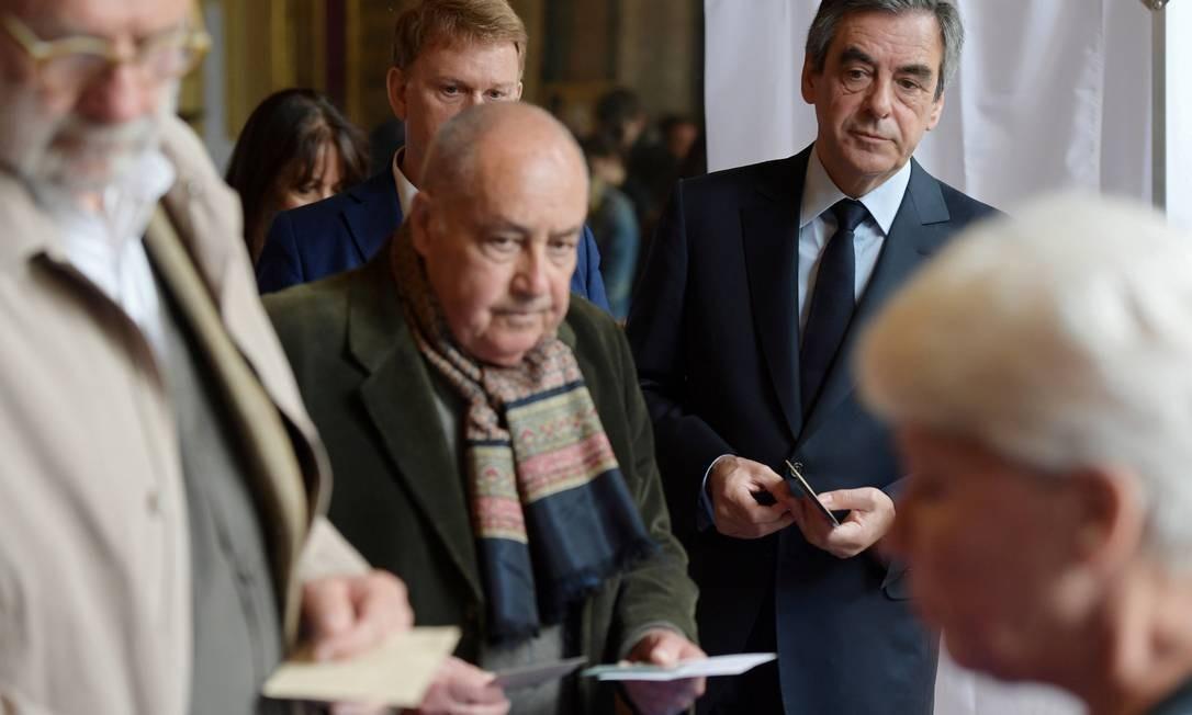 O conservador Francois Fillon, enfrentou fila para votar na manhã deste domingo num posto eleitoral em Paris Foto: POOL / REUTERS