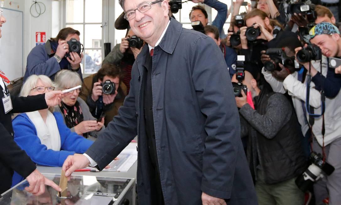 O candidato da extrema-esquerda, Jean-Luc Melenchon, depositou seu voto num posto em Paris Foto: STEPHANE MAHE / REUTERS