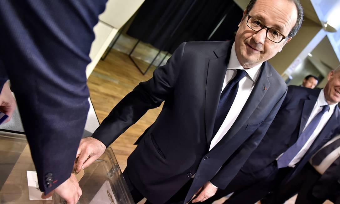 O presidente da França, François Hollande, depositou seu voto em Tulle, no região central do país Foto: POOL / REUTERS