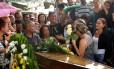 Carlos, pai de Bruno, recebeu a bandeira nacional dos soldados Foto: Márcio Alves