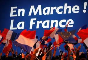 Apoiadores aguardam o candidato conservador Emmanuel Macron, líder do movimento Em Marcha! Foto: PHILIPPE WOJAZER / REUTERS