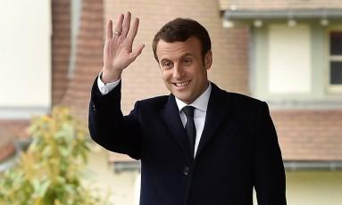 """O candidato à presidência da França, do movimento """"En Marche"""", Emmanuel Macron acena a seus apoiadores na porta de sua casa depois de votar em Le Touquet, no norte da França, no primeiro turno das eleições Foto: PHILIPPE HUGUEN / AFP"""