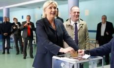 Marine Le Pen, Candidata da Frente Nacional, deposita seu voto na urna durante a votação de primeiro turno para as eleições na França, em Henin-Beaumont, norte do país. A seu lado, está o prefeito de Henin-Beaumont, Steeve Briois Foto: CHARLES PLATIAU / REUTERS