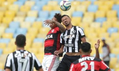 Flamengo e Botafogo se enfrentam no Maracanã Foto: Márcio Alves / Agência O Globo