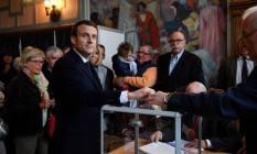 Macron deposita seu voto no primeiro turno da eleição na França Foto: POOL / REUTERS